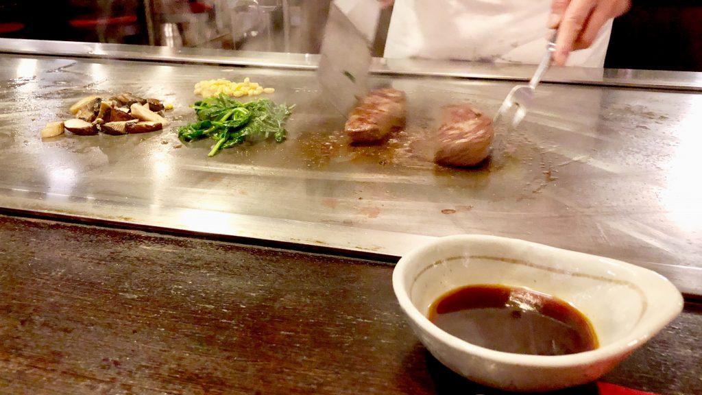 Japanilaisen ravintolan liha-ateria.